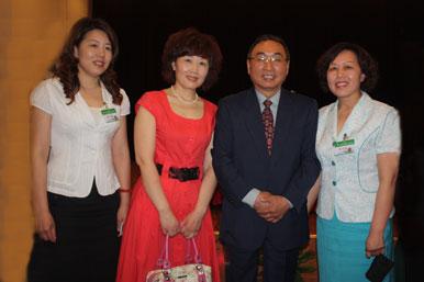 中国社工协会婚介行业委员会会长徐留根与大成婚介工作人员合影